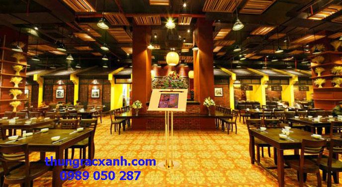 Bảng menu inox mạ vàng có đèn được sử dụng tại nhà hàng