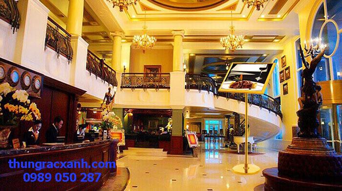 Bảng menu inox mạ vàng được sử dụng tại sảnh khách sạn